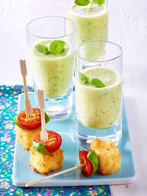 Zucchini-Lassi und panierte Fetawürfel mit Kirschtomaten und Basilikum