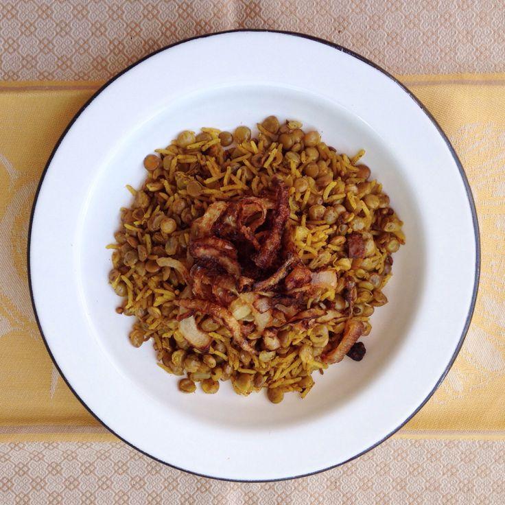Não tenho palavras para descrever a perfeição que é este arroz com lentilha. É isso. Eu, que falo pelos cotovelos, não sei como explicar. Já declarei meu amor pelo livro de receitas Jerusalém umas ...