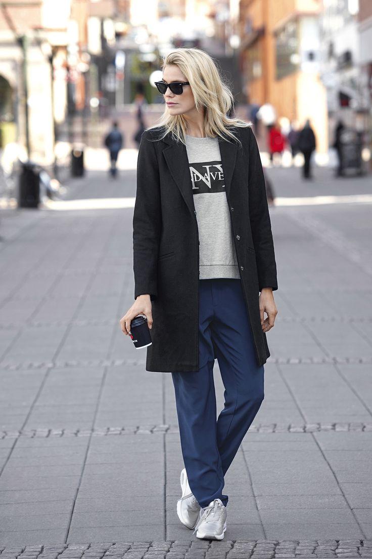WEEKENDER Stylowy płaszcz marki Amy's Stories, 369 zł, + bluza w szarym kolorze z nadrukiem,  129 zł +  spodnie o luźnym fasonie, 139 zł.