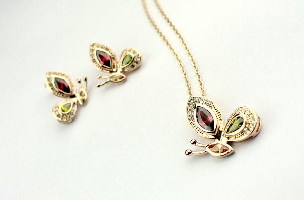 Set deosebit de bijuterii placate cu aur 18KRGP, cristale Stellux Collection si diamante austriece pentru o stralucire de exceptie. Fin si delicat.