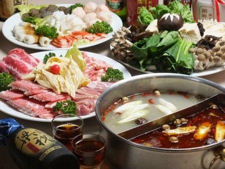 【四ツ谷:中華火鍋 南国亭】 薬膳火鍋は、麻辣湯(マーラータン)と白湯(パイタン)の赤と白のスープ。肉や海鮮、野菜を40種類、20種類以上の香辛料を使用している。火鍋プラス100種類の中華が食べ放題のコースが人気だ。 定食やセットなど、ランチメニューも豊富。  住所:東京都千代田区麹町6-6 麹町東急ビルB1 最寄り駅:四ツ谷駅 電話:03-6272-9822 営業時間:11:30〜14:30 17:00〜23:00 定休日:日・祝日