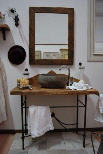 Mobile da bagno in stile francese, con base in ferro invecchiato, top in rovere antico, lavabo realizzato su sasso scavato.