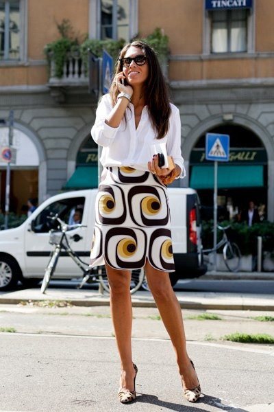 blusa solta com volume, mas em contrapartida a saia enxuta na modelagem chamou atenção pela estampa grande e geométrica. cintura definida