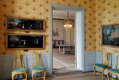 Strömsholms Slott Förmaket till Kronprinsens sängkammare med papperstapet och skurgolv. Den fasta inredning i den nedre våning tillkom från 1766 till 1774. Foto: Dick Norberg/Norberg Design AB.