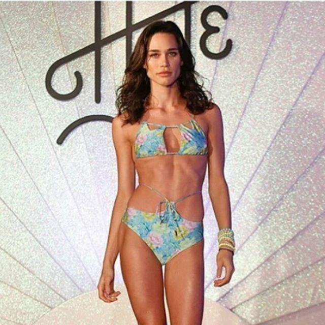 Mais uma foto linda para entrarmos no clima de verão e férias 🏖 ! Que tal biquínis e maiôs maravilhosos e cheios de estilo? 😎 Este lindo aí em cima é da nova coleção de verão da Hype Beachwear, e no desfile de apresentação da nova coleção as modelos usaram bijus @carolgregori.  Nós amamos, e vocês? 🏖🌞❤😎 #elausacarolgregori #verao #bijus #pulseiras #moda #verao #tendencia #biquini #desfile #summer #acessories #bracelet #fashion #summer #beachwear #instalook #instafashion #instalook