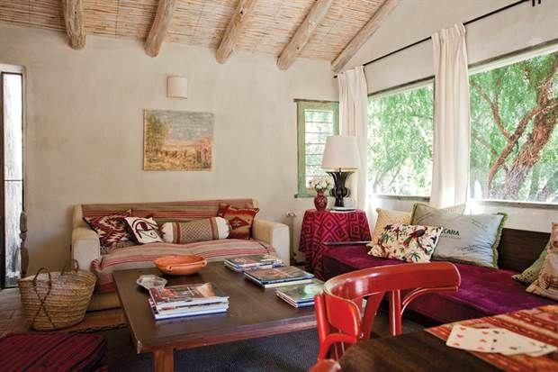 Dos propuestas para decorar una casa con estilo campo Los techos de totora con tirantes de álamo y de eucalipto se encalaron para favorecer la claridad y evitar los bichos..