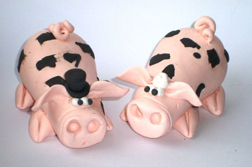 Super cute piggie cake toppers from Sweetart