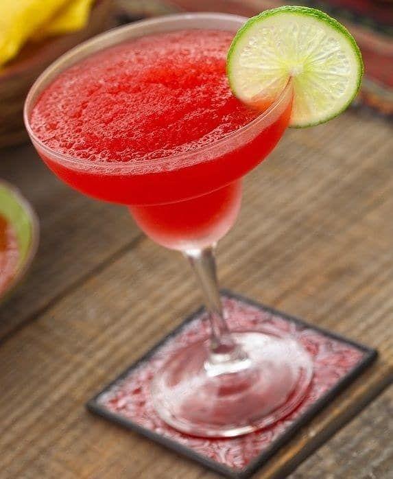 Ingredientes:Tequila blancoJugo de fresaJugo de limónChile piquín o miguelitoBásicamente la receta es triturar todo en la licuadora con hielo y listo. Pero si eres una persona calculadora, sigue la receta aquí.