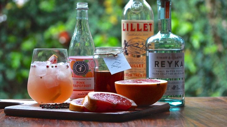 EARL GREY SPRITZ: A simple recipe for a perfectly refreshing spritzer. Mix with vodka, Lillet, earl grey syrup, pink grapefruit mineral water & peppercorns. Recipe on the blog.