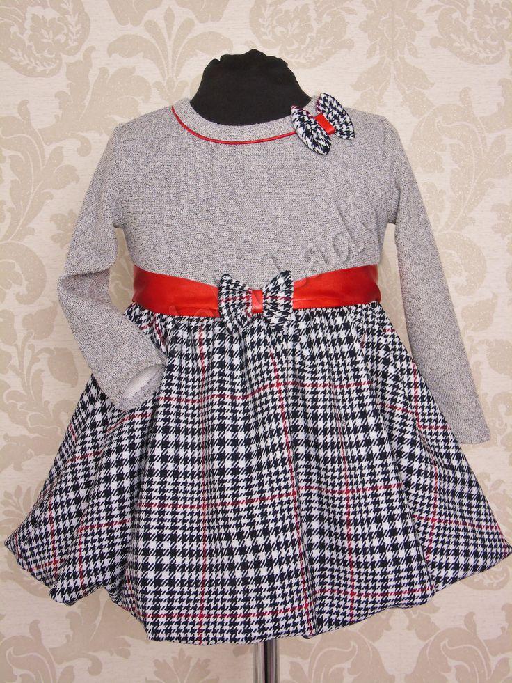 Sukienka Bombka idealna na każdą okazję. Wykonana z szarej dresówki bawełnianej, a dół kreacji z szenilu, odszyty podszewką. Sukienka posiada długi rękaw oraz kryty zamek z tyłu kreacji. Atłasowa czerwona szarfa z przodu ozdobiona kokardą, wiązana z tyłu umożliwia dopasowanie całości do ciała.