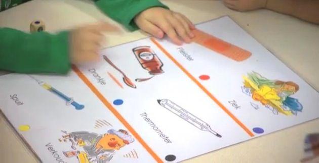 Woordenschat cooperatief oefenen met de kleurendobbelsteen en woordkaarten. Gooien met de dobbelsteen en het woord beschrijven van de gedobbelde kleur.