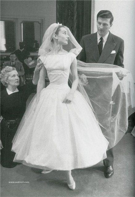 Audrey Hepburn, juste parfaite en robe de mariée rétro années 50 - Perfect Retro Short Wedding Gown worn by Audrey Hepburn
