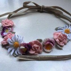 オフホワイトのレース糸で編んだ、巻き薔薇をたっぷりとあしらったネックレスです。ネックレス部分はサンドベージュでほのかにラメが煌めく糸を使用しています。長さ:約43cm+アジャスター5cm(テール部分には金色のリボンチャーム付です。)薔薇の花:直径 平均で約4cm 手作りですので、薔薇の花の風合い、大きさはひとつひとつ異なります。自然な表情としてお楽しみいただけると幸いです(*^_^*)*クリスタルケースに入れてのお届けです。