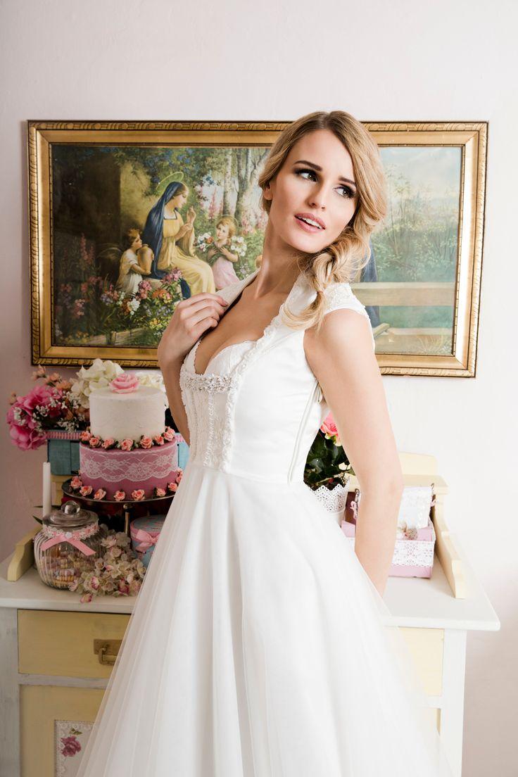 Unser zauberhaftes Brautdirndlkleid Ella aus der neuen DivineIdylle La Mariée Kollektion 2017. Mieder im Trachtenstil mit besticktem BH und bodenlangem Tüllrock für die moderne Trachtenhochzeit.