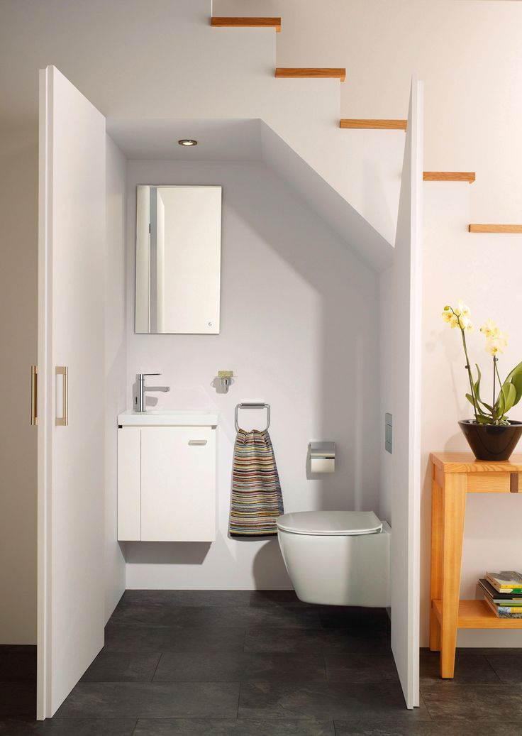 Bagno con lavamani Connect Space di Ideal Standard, da 45 cm, versione sinistra, montato su mobiletto sottolavabo, e con vaso sospeso Connect Space. Miscelatore Giò.