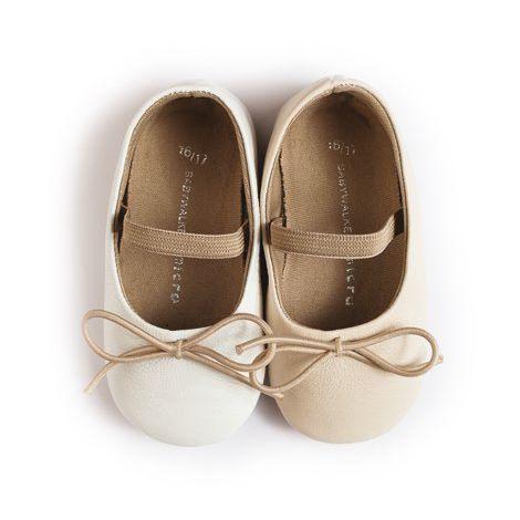 Нежни обувки с ластиче,което да придържа детското краче в правилната позиция. Стабилността и удобството им ги прави идеални за първите стъпки на вашето дете. Изработени от естествена кожа, с мека подметка осигуряваща оптимален комфорт на детето. Предлагат се в два цвята-бяло и екрю. www.bubukabg.com