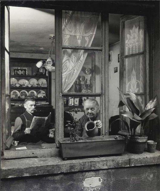 Doisneau : Concierges rue du Dragon, Paris 1945 http://piccsy.com/2011/06/robert-doisneau-concirges-rue-du-dragon-paris-1945/