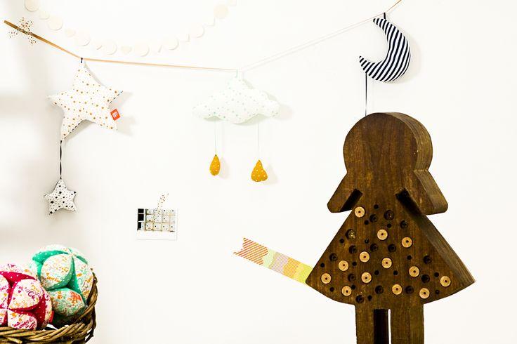 Guirnalda Mom Fifi - Para decorar el cuarto de los niños; coloridas y suaves al tacto.  Didáctica y divertida para que juegue el bebe cuando sea mas grande.  Lavable. Algodón 100% orgánico. Relleno de vellón siliconado (100% poliéster).  Disponible en 2 versiones. Medidas: 140cm largo x 20cm ancho.