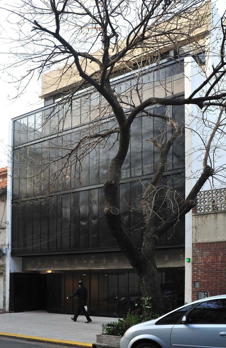 Construido por Ventura Virzi Arquitectos en Buenos Aires, Argentina con fecha 2013. Imagenes por Estudio Nápoles. El edificio Giribone está implantado en un lote, entre medianeras, de 9 metros de frente por 32 metros de fondo en la...