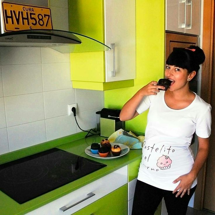 """Cristina, la blogger de Rumbo a la Moda luce genial la camiseta de embarazada """"Pastelito en el horno"""" . Además ¿Qué mejor momento que este para comerse un pastelito? Por los antojos... y por la camiseta jeje... ¿Te gustaría sorprender a una embarazada con esta camiseta de premamá? La puedes encontrar en www.wondermami.com #camiseta #premamá #camisetapremamá"""