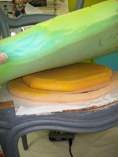 En sus orígenes esta silla isabelina era de color caoba.  Nuestro cliente la quería en el tono natural de la madera, pero ante la imposibi...