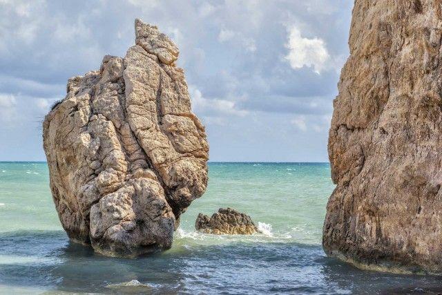 CIPRO: ROCCIADI AFRODITE (PETRATOUROMIOU) – Un luogo legato al mito, all'amore e alla bellezza eterna:secondo la leggenda, questaenorme roccia di frontea unaspiaggia selvaggia nei pressi di Pafo,è il punto in cuila dea Afrodite emerse dalle onde del mare.