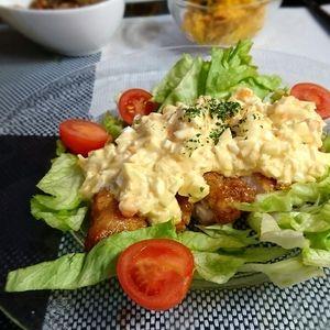柔らか~♪胸肉で作る我が家のチキン南蛮 by koyukiさん | レシピブログ - 料理ブログのレシピ満載! 最近はもも肉でボリューム感たっぷりのチキン南蛮も多いですが、我が家は昔ながらの胸肉で、カリッと揚げて中はふんわり。  自家製の甘酢とタルタルソースでご飯にも、お酒にも相性抜群です。