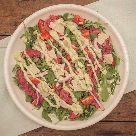 Carpaccio salade met pesto-mayonaise; een frisse salade voor op mooie dagen. Lekker met vers brood, olijfolie en een beetje zeezout.