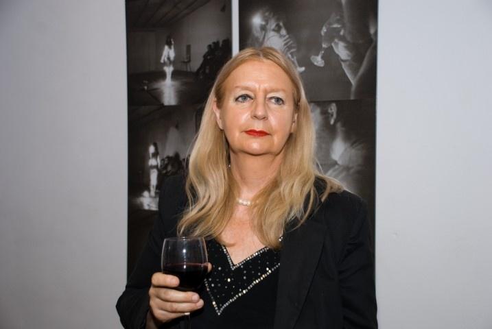 Ewa Partum es una artista polaca pionera del arte conceptual en su país. Centrada en el poder de los signos, la materialización y la reorganización del lenguaje, Ewa Partum presentó su arte en diferentes formatos: performance, proyecciones de películas y unos impactantes collages fotográficos,crea poesía visual.   Gran parte de su obra fue prohibida por los censores polacos, que también prohibió su reproducción en catálogos.