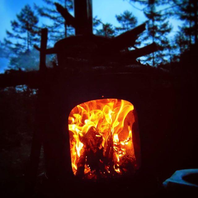【mozumozu1030】さんのInstagramをピンしています。 《薪ストーブで 昨日は ブルーバトン の寒色系だったので、今日は炎の暖色 いかがですか?😁 まだまだ暑い日が続きますが、そろそろ夜涼しい所で火を囲みたいですね🙌 (2015/11 #大平峠 #飯田市 #長野県 #日本 #canon #kissx7i 撮影) #キャンプ #アウトドア #炎 #火 #ファイヤー #薪ストーブ #暖色 #赤 #オレンジ #夜 #明暗 #高原 #森 #薪 #カメラ #一眼レフ #カメラ男子 #JAPAN #camp #camping #fire #night #red #orange》