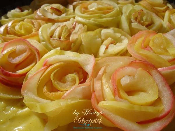 Mint egy édes virágköltemény! A pitetésztán nyugvó vaníliakrémetalmaszeletekből formált rózsák borítják. Elegáns édességünnepi alkalmakra vagy csak úgy, a magunk és szeretteink örömére. Margó rec…