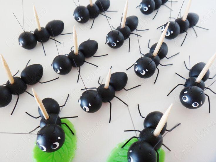 Formiguinha com palitinho (biscuit e arame) <br>Essas formiguinhas vêm com palitinho fixado ao corpo para poderem carregar docinhos de verdade! <br>Neste valor não acompanha a folhinha. <br>Medida aprox.: 1 x 3,5 cm