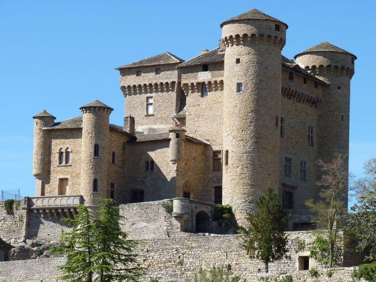 Chateau de Cabrières, une restauration réussie. En 1894, le château est acheté par Rosa Emma Calvé (1858-1942), célèbre sopraniste française.