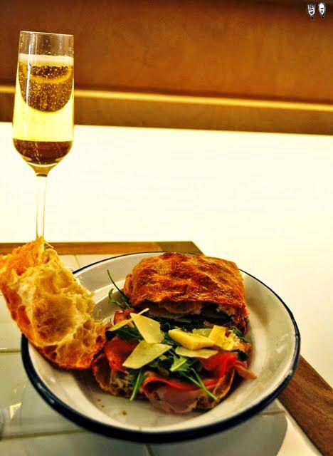 Chapata extra fina con #Jamón y champan http://www.gourmetsindas.com/2014/06/bocadillo-de-jamon-y-champan-madrid.html www.tiendajulianmartin.es