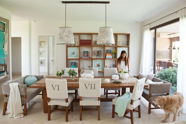 8 comedores pensados a lo grande  Para maximizar el espacio de las cabeceras de la mesa, dos sillones tapizados en gris con almohadones de distintas formas y tonos.         Foto:Archivo LIVING