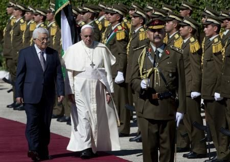 25日、パレスチナ自治区ベツレヘムの自治政府本部を訪れたローマ法王フランシスコ(中央の白い服)と自治政府のアッバス議長(左)(AP=共同) ▼25May2014共同通信|ローマ法王、ベツレヘム訪問 和平実現へ努力促す http://www.47news.jp/CN/201405/CN2014052501001578.html #Pope_Francis #Papa_Francisco #Papa_Francesco #البابا_فرنسيس #Mahmoud_Abbas