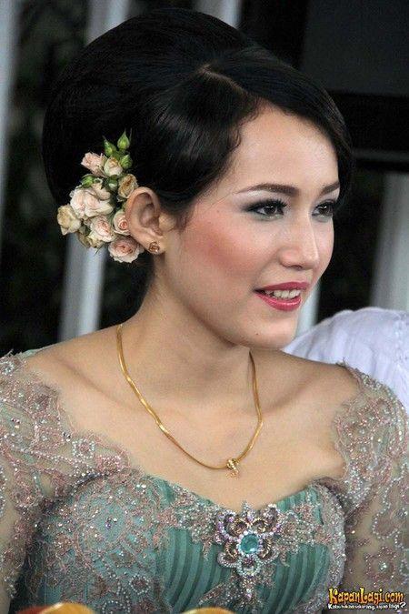 Istri Pasha Ungu, Adelia Wilhelmina ini menampilkan bentuk sanggul minimalis yang dihias dengan sedikit bunga di bagian tengkuknya.