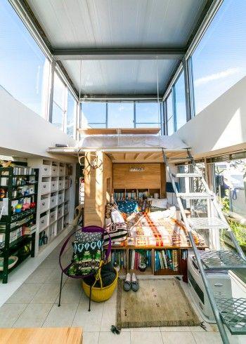 四方が窓になっている開放感たっぷりの空間。屋根はアルミパネル。「牛舎で使われているもので、雨音の感知器でもあります(笑)」 ーーーーーーーーーー 平屋也要有二层的挑高玻璃窗便于采光。