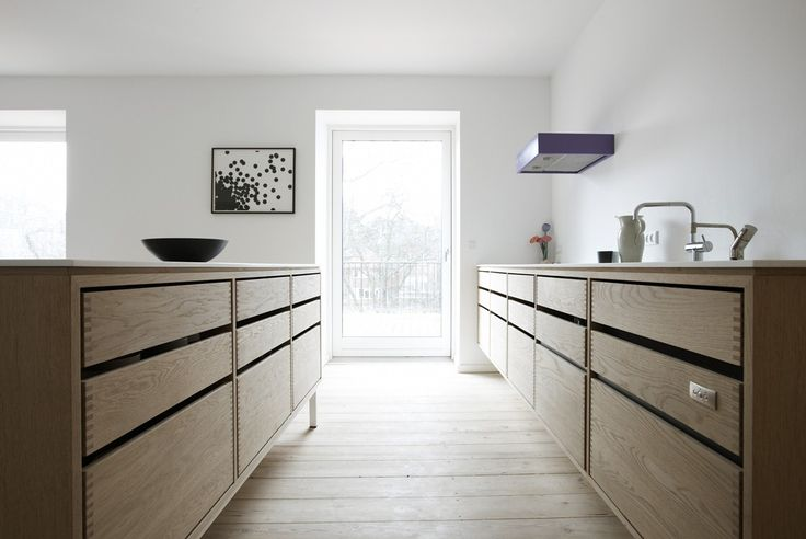 Lundgaard & Tranberg køkken i sæbebehandlet egetræ og med bordplader i Corian.