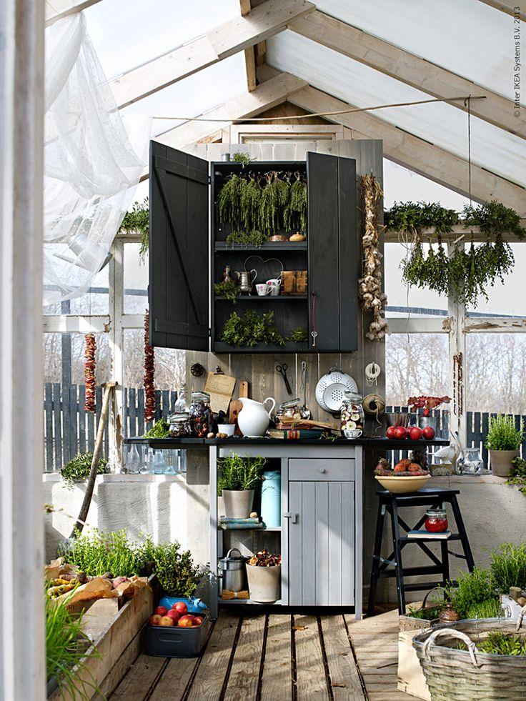 Njut av sensommaren och välkomna en nystart i augusti. I växthuset bäddar vi om för hösttider. Nya rustika OLOFSTORP förvaringsbänk och väggskåp får en naturlig plats bland årets skörd.