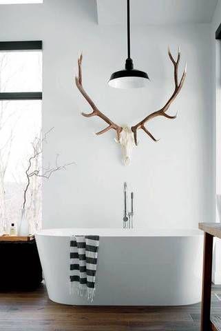 Das rustikale Hirschgeweih macht eine imposante Figur über der modernen Badewanne. #badewanne #geweih #bathroom #rusitc #calmwaters