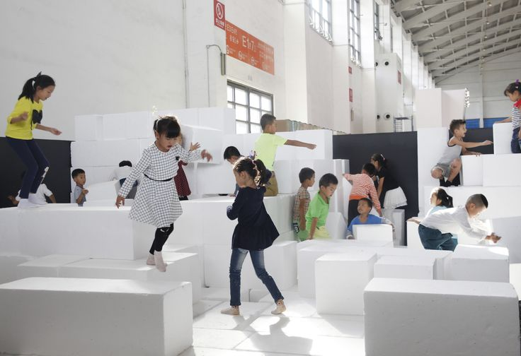 Taş Anıt Sarayı, biçim ve renk üzerine kurgulanmış bir oyun mekanı tasarımı. WAI Architecture Think Tank'ten Cruz Garcia ve Nathalie Frankowski'nin tasarladığı oyun alanı, Çin'in Shenyang şehrinde yer alıyor. Siyah duvarlar ve beyaz küplerle tasarlanan oyun alanı, çocuklar