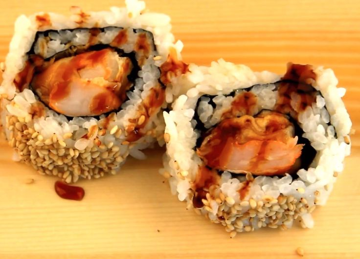 Learn how to make these shrimp tempura rolls with the quick video tutorial: http://www.ifood.tv/recipe/shrimp-tempura-rolls // #sushi #ShrimpTempura