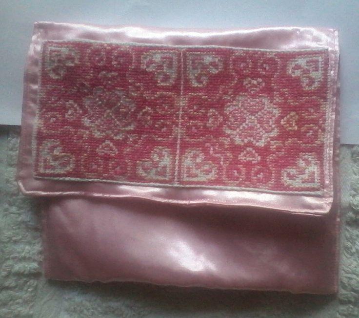 egy rózsaszín táska,  rózsaszín nyakéket hozzá?