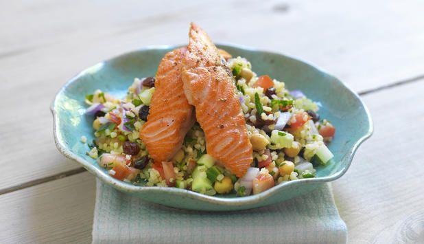 Om du har litt ekstra tid til rådighet anbefaler vi laks med bulgursalat. En herlig blanding av salt laks og søte rosiner i salaten gjør dette til en annerledes smaksopplevelse.