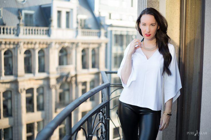 Fashionblogger Berlin - weisses Shirt - Armband und Halskette - Lederhose von Wolford - Schuhe Christian Louboutin - Modeblogger in Berlin - Sonnenuntergang - lange dunkle Haare - OOTD - Lookbook