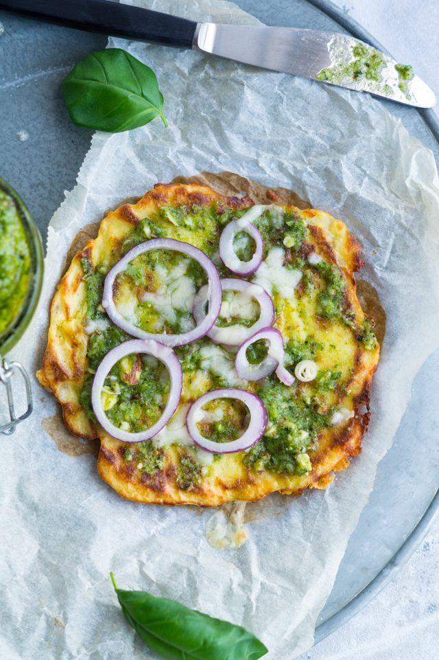 Små blomkålspizzaer med parmesanost og grøn pesto - sprøde og gode til aftensmad - glutenfri og vegetarisk. Toppes med rødløg og parmesan.