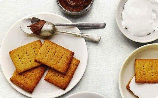 I Graham Cracker biscotti americani per cheesecake e altro.     Ingredienti: per 8 persone      190 gr di farina di frumento bianca     più un po' per stendere la pasta     80 gr di farina di frumento integrale     30 gr di germe di grano     ½ cucchiaino di sale     ½ cucchiaino di lievito in polvere     ½ cucchiaino di bicarbonato di sodio     ½ cucchiaino di cannella     65 gr di zucchero di canna chiaro     80 gr di burro     40 ml di