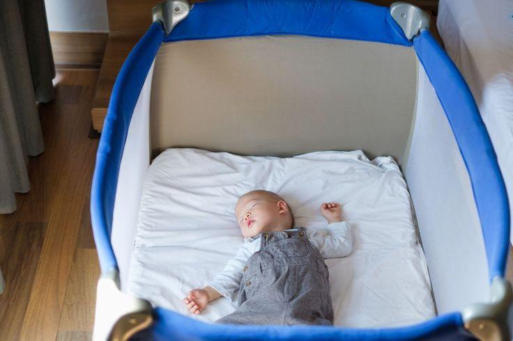 Zapewne każdy, kto za chwilę powita na świecie nowego członka rodziny, staje przed wyborem łóżeczka dla maluszka. Do wyboru są tradycyjne łóżeczka szczebelkowe i łóżeczka turystyczne.  Łóżeczko szczebelkowe świetnie się prezentuje wśród dziecięcych mebelków. Często wyróżnia się nowoczesnym designem, wesołą dziecięcą kolorystyką lub …