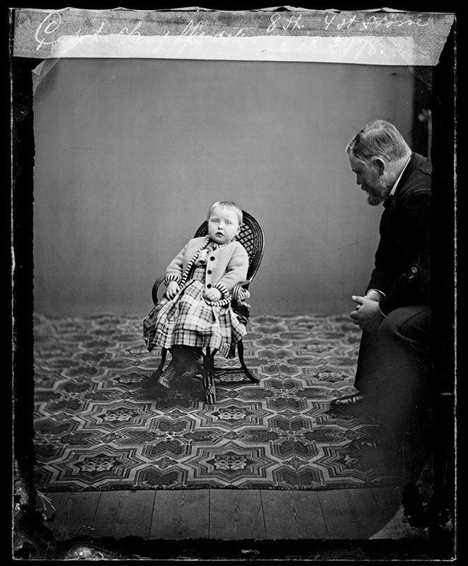 Stockholms digitala stadsmuseum — Porträtt av kapten Kempffs dotter. Till höger i bild förmodligen kapten Kempff.